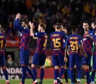 برشلونة يخفض المرتبات بعد أن تسبب فيروس كورونا في توقف كرة القدم