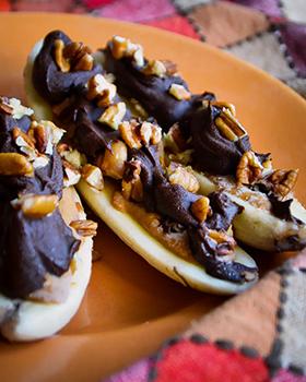 Bananas congeladas com pasta de amendoim, chocolate meio amargo e pecãs