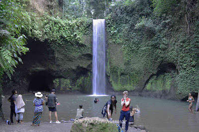 Wisatawan menikmati Air Terjun Tibumana