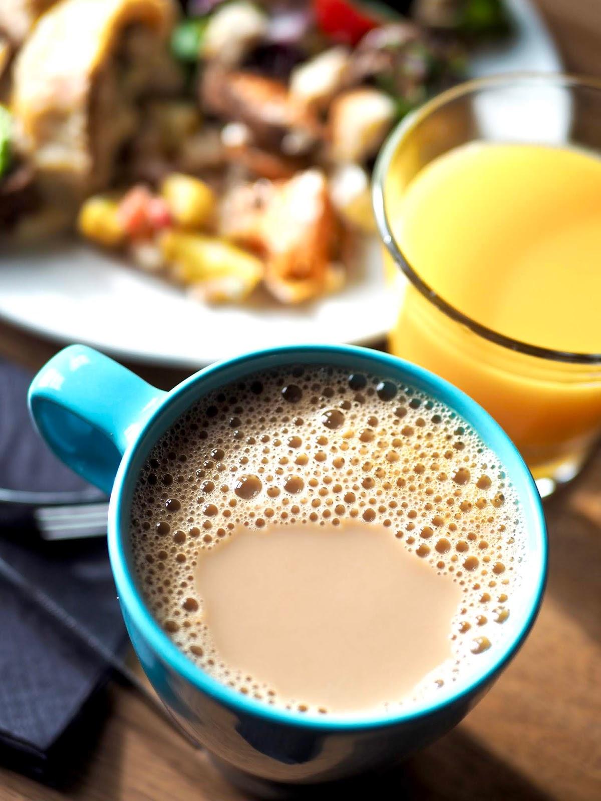 Ravintola Teatron lauantaibrunssilla on Reilun Kaupan kahvia ja teetä sekä todella maukasta ja monipuolista ruokaa.
