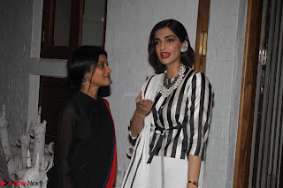 Sonam Kapoor Soha Ali Khan Konkona Sharma at Raw Mango store launch March 2017 014.JPG