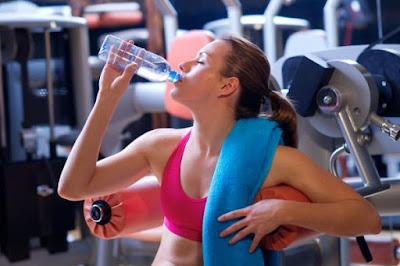 Bổ sung nước cho cơ thể trong khi tập để tránh mất nước quá nhiều