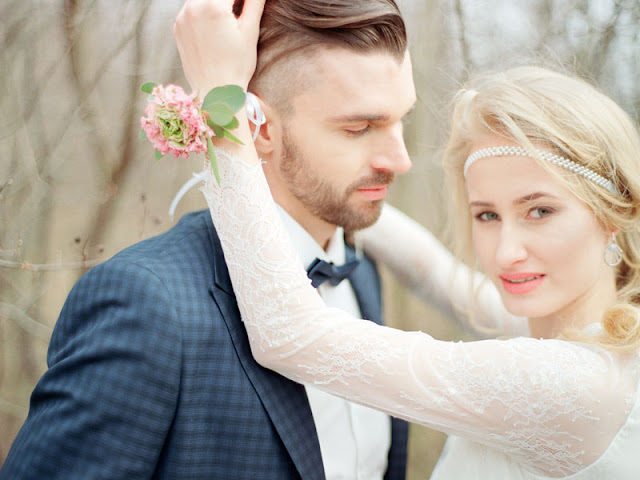 Luźne upięcie na ślubie i opaska z perłami.