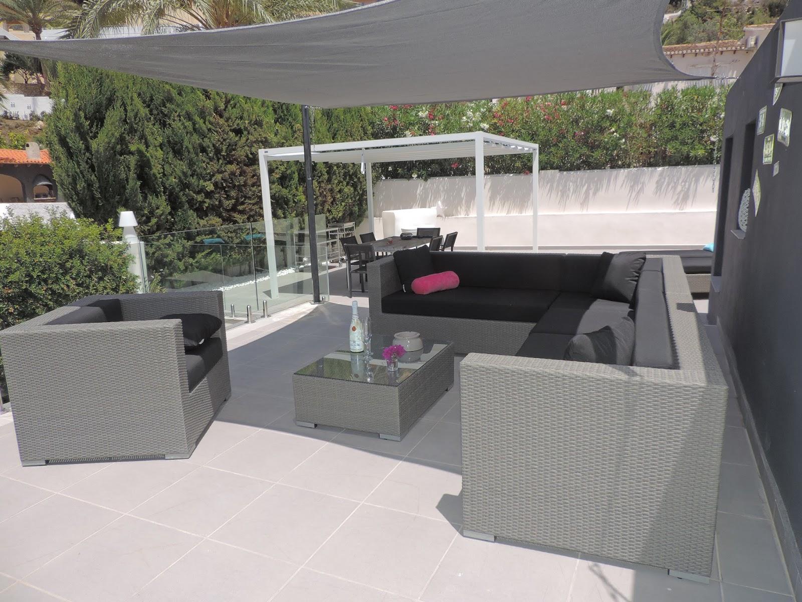 Arbrini design tuinmeubelen wat maakt je terras af een loungeset en ligbedden - Lounge design grijs ...