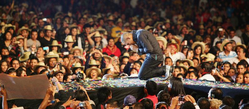 Espinoza Paz de rodillas ante su gente en el concierto de la Ke Buena 2017 | Ximinia