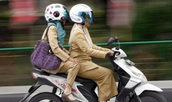 Dubes Inggris Takjub kok bisa Wanita Berjilbab Naik Motor