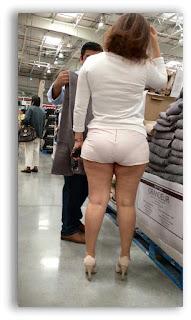 Mujeres buenas piernas shorts blancos apretados