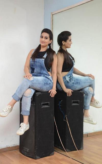Telugu Actress Manjusha Latest Hot Stills Navel Queens