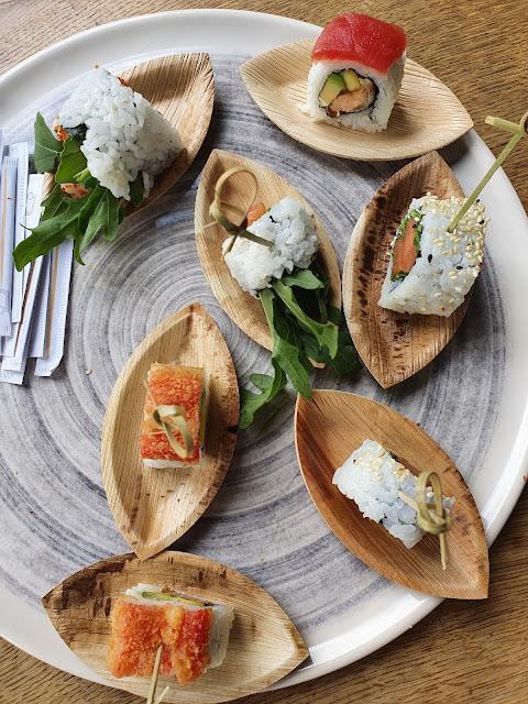 Sushi auf Servierplatte