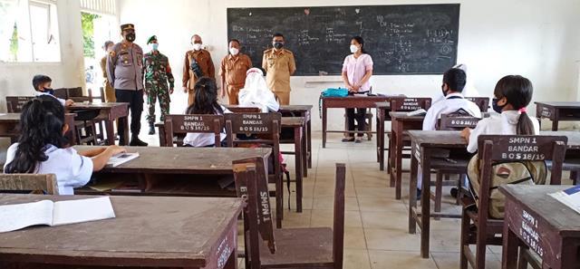 PTM Terbatas Diwilayah Binaan, Personel Jajaran Kodim 0207/Simalungun Monitor Pembelajaran Para Siswa'i