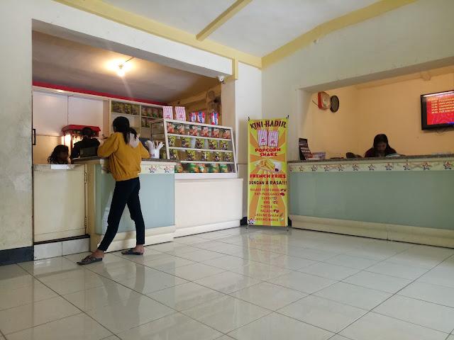 stand makanan dalam bioskop dan kasir
