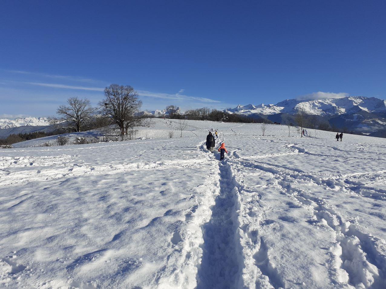 La promenade à pied dans la neige fraîche à Saint-Bernard-du-Touvet près de Grenoble