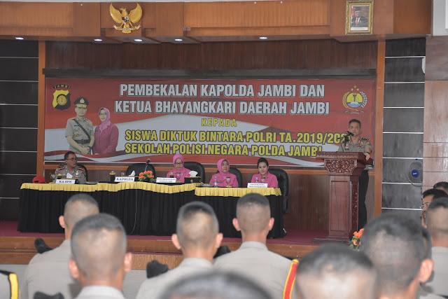 Pembekalan Kepada Para Siswa Diktuk Bintara Polri Di SPN Polda Jambi, Diberikan Langsung Oleh Kapolda Jambi Dan Ketua Bhayangkari Daerah Jambi