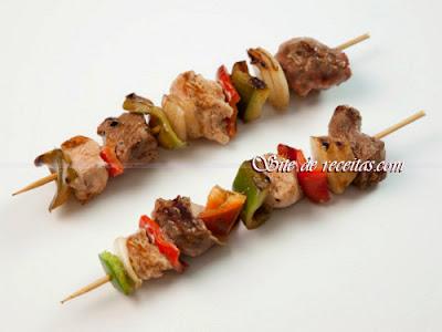 Espetinhos de carne com cebola e pimentões