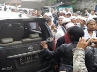 Kericuhan usai Habib Rizieq diperiksa terjadi, 1 mobil pendukung FPI hancur. Ini Kronologinya