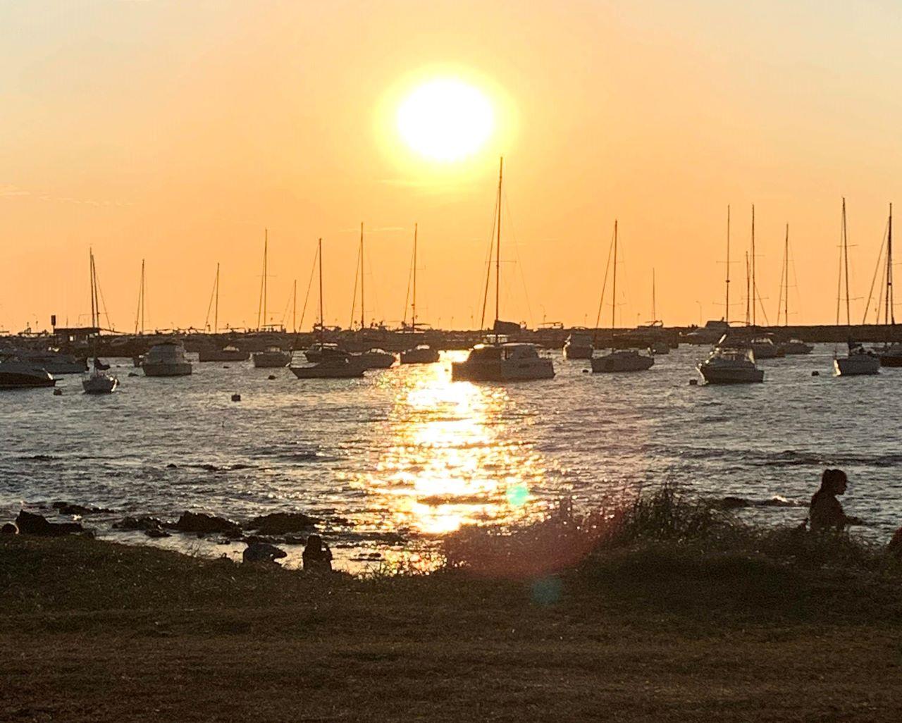 iates ancorados no porto de punta del este no fim de tarde em por do sol