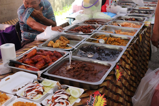 Menu berbuka yang dijual Pasar Ramadhan Setutong di Kuching