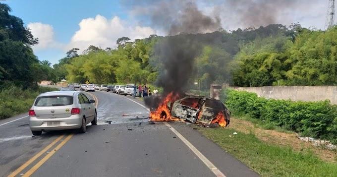Duas pessoas morrem após colisão entre carros em Camaçari; um deles pegou fogo