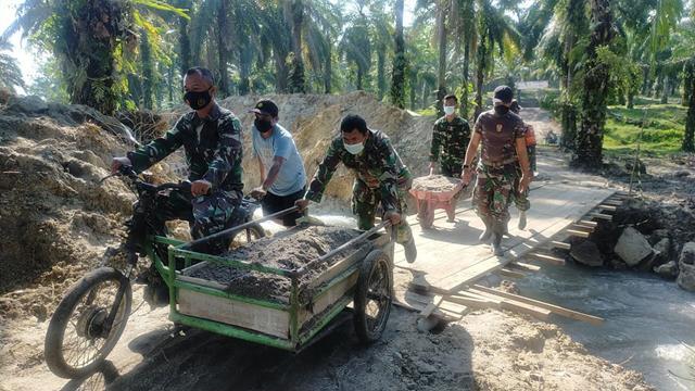 Kompak Personel Jajaran Kodim 0207/Simalungun Bersama Masyarakat Pengerjaan Bendungan Sungai Pada Pra TMMD Ke-112