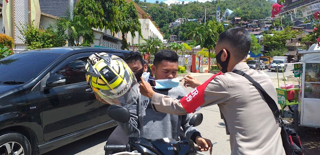 Polisi Bagikan Ratusan Masker, Edukasi Masyarakat Taat Prokes
