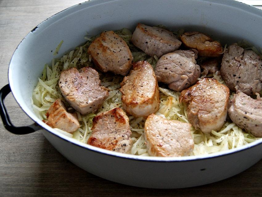 Polędwiczki wieprzowe zapiekane z kapustą i sosem grzybowym