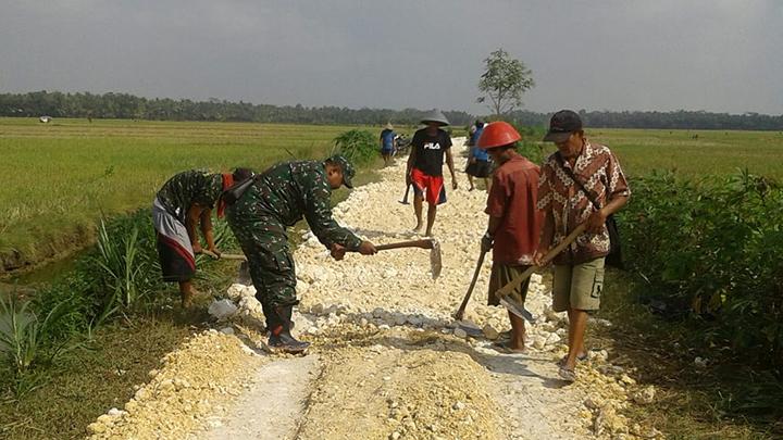 Jalan Berlubang, Babinsa Bersama Warga Desa Bantarsari Kerja Bakti Pengerasan Jalan