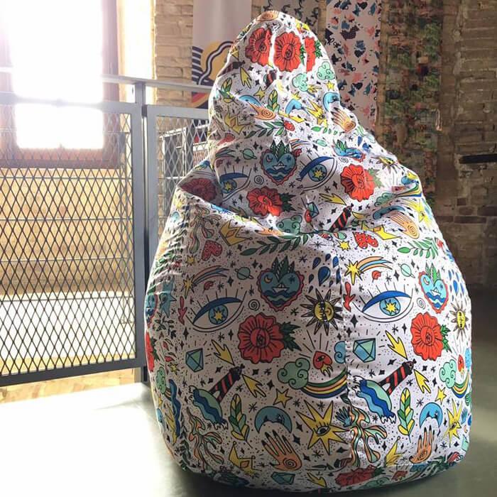Particolare del pattern clip art colorato di Enrica Mannari per la poltrona Sacco di Zanotta