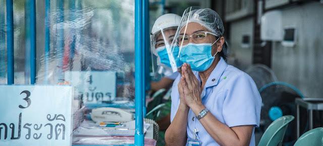 Las enfermeras reciben a los visitantes en una clínica instalada en un hospital de Tailandia para tratar a personas con síntomas sospechosos de COVID-19OMS/P. Phutpheng