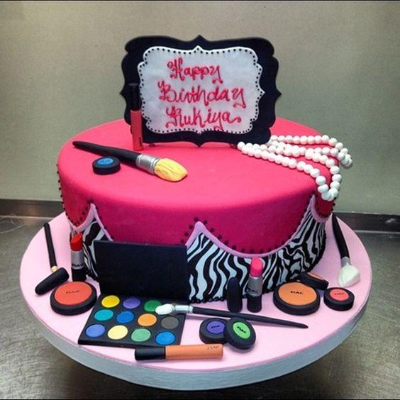 Bánh sinh nhật hình đồ mỹ phẩm trang điểm
