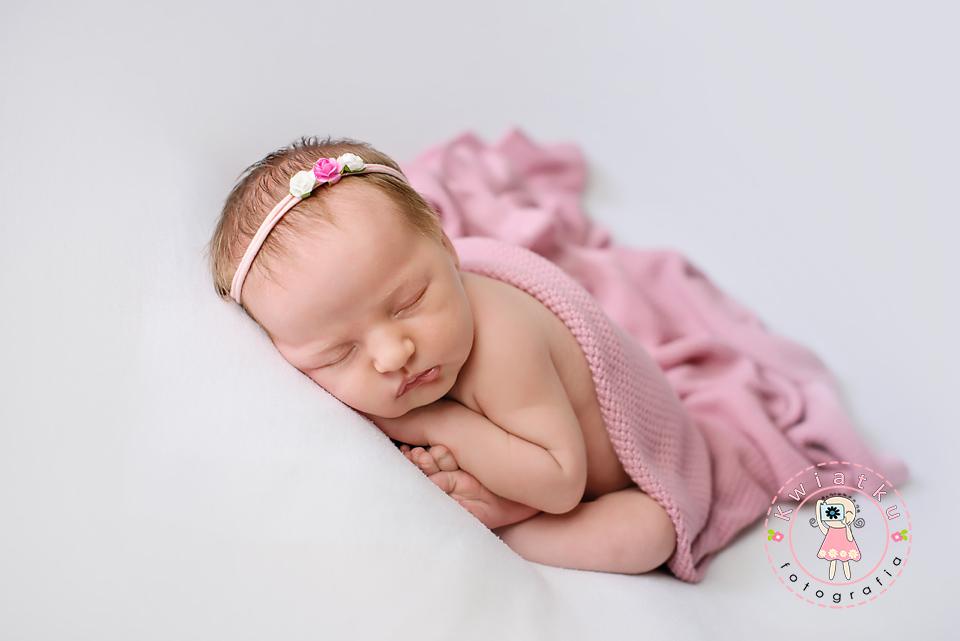 Sesja noworodkowa, zdjęcie kilkudniowej dziewczynki
