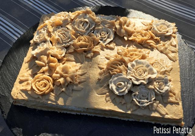 recette de russe, gâteau russe, crème au beurre pralinée, recette de crène au beurre pralinée, fleurs crème au beurre, feuilles crème au beurre, buttercream flowers, gâteau fleuri, gâteau design, cake design, douilles wilton,