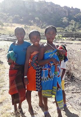 jovenes-etnia-bara-poblado-bara-de-mariany-madagascar-enlacima