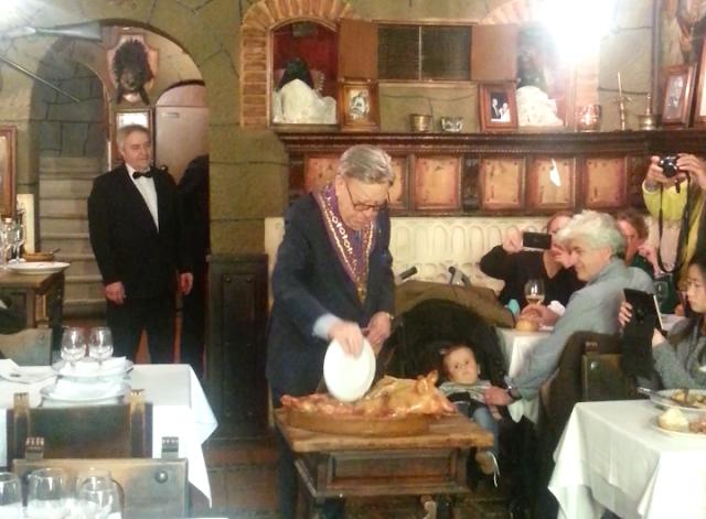 Ritual del corte del cochinillo en El Mesón Cándido