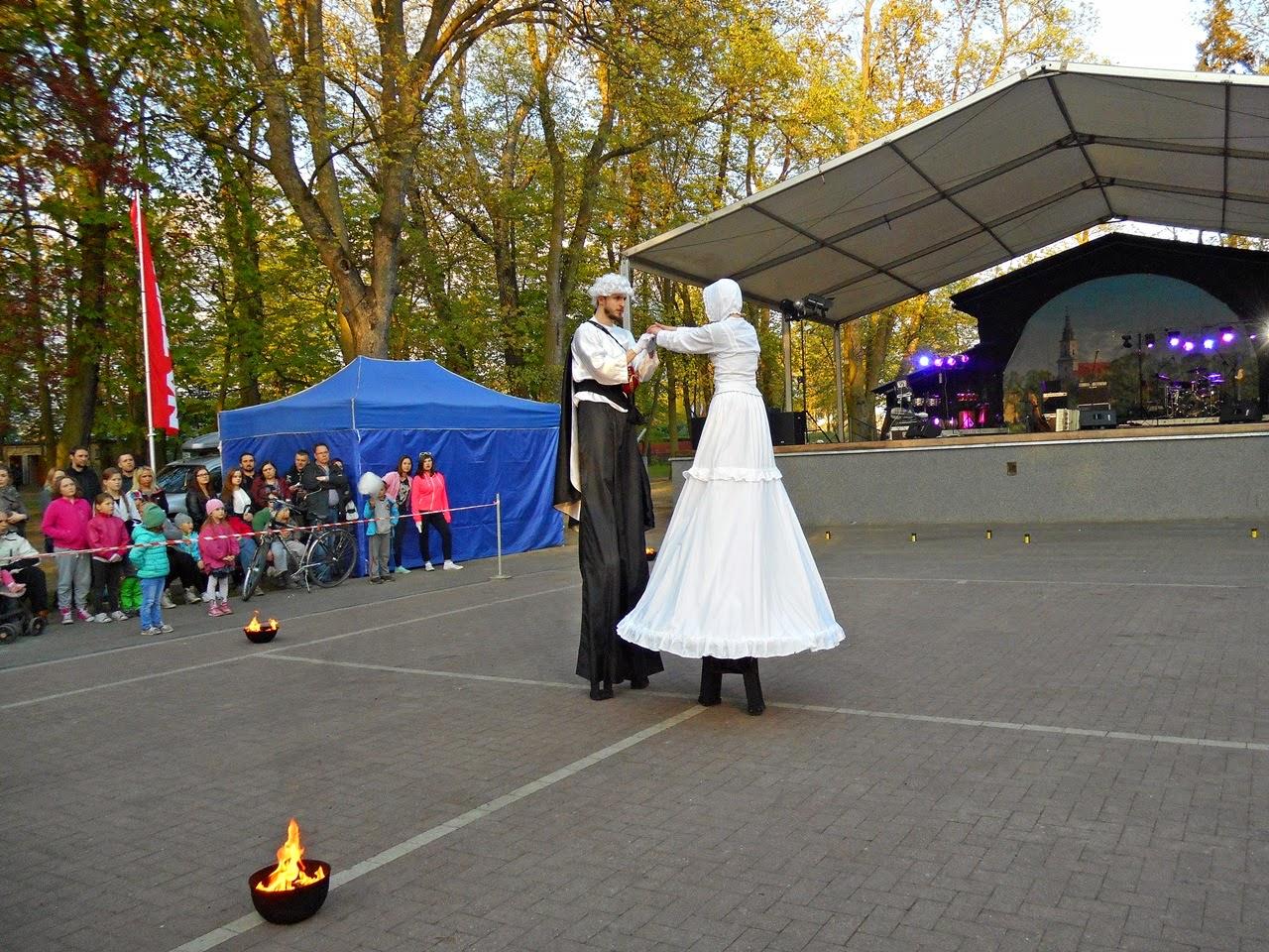 przedstawienie, teatr uliczny, park, widzowie