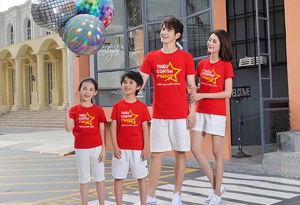 Áo phông cờ đỏ sao vàng cách điệu cho gia đình dạo phố