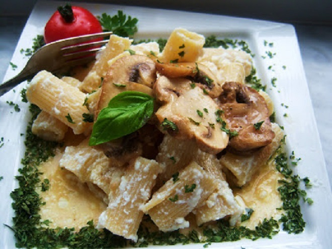 this is rigatoni pasta with ricotta and mushrooms