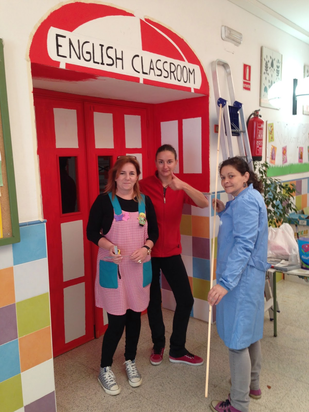 decorar en ingles madres y padres delegadas os del poeta decorando la entrada del aula de ingl s