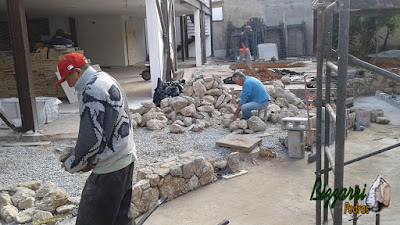 Bizzarri acertando a pedra para a execução das muretas de pedra com pedra moledo de tamanho de mamão até melancia. Esse tipo de pedra com esse tamanho da para fazer muros de pedra, revestimento de pedra até parede de pedra sendo a construção com pedras em São Paulo-SP. 27 de setembro de 2016.