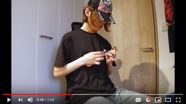 Wow! Seorang Gitaris Profesional Memainkan Gitar Mainan Seharga Rp 12 Ribu!