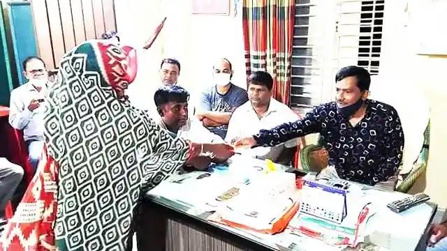 উল্লাপাড়ায় সলপের সোনতলা ক্লাবে ভিজিএফ চালের স্লিপ বিতরণ
