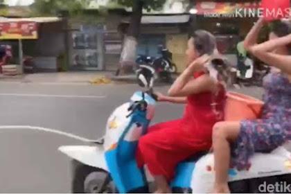 Viral Dua Wanita Asyik Mengendarai Sebuah Motor Matic Sambil Keramas, Sekarang Sedang Diburu Oleh Polisi