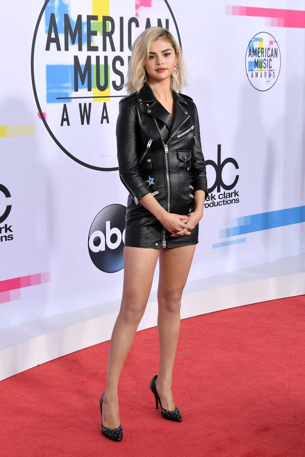 Selena Gomez goes blonde and arrives in leather to the 2017 AMAs
