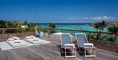 Villa à proximité de la plage à Saint Barth. Villa avec terrasse et transat donne une vue sur la mer des Caraïbes aux nord des Antilles françaises.