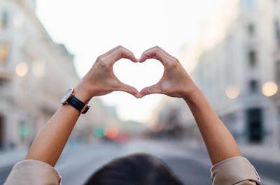 خلفيات قلوب على شكل الأيدي