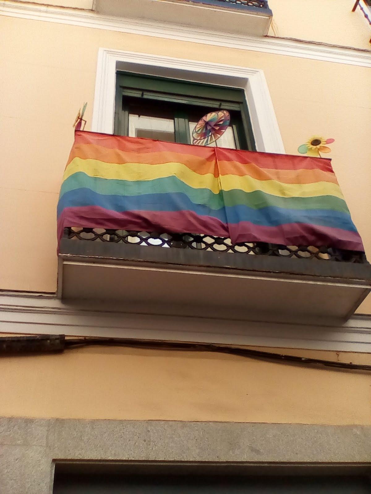Παρά-θυρο στη ΜΑΔΡΙΤΗ κάποιων πού καμαρώνουν πούναι γκαίη(με τα χρώματα της Ισπανικής σημαίας