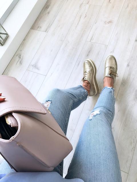 Niebieskie falbany z wycięciami koszula z kołnierzykiem i falbanami Blouse shirt Zara baby blue błękit niebieska niebieski outfit pastelowe kolory jeans stylizacja z falbaną bluzka moda blog modowy trendy wiosna 2017 trend falbany