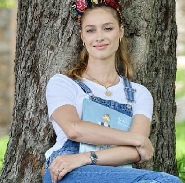 Captain Papaia e Greta is a book. Swedish activist Greta Thunberg who crossed the ocean with Pierre Casiraghi- captan papaia