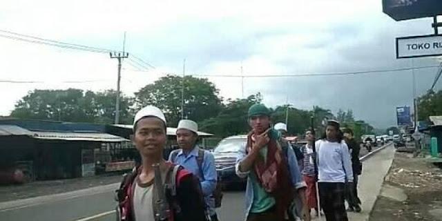 Subhanallah, Santri Asal Kuningan Ini Jalan Kaki ke Monas Hadiri Reuni Akbar Mujahid 212