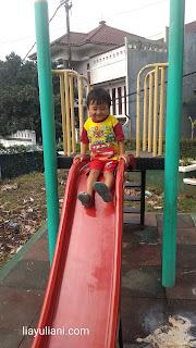 Bermain di taman