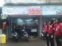 Duh, 3 Karyawati Minimarket Dihukum Hormat Tiang Besi Di Bawah Guyuran Hujan, Alasannya Sepele
